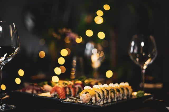 Så blev det weekend 🥳  Skyd din velfortjente weekend i gang med selvforkælelse i form af lækker sushi og fantastiske cocktails hos os 🍹🍣  Hvem vil du invitere? 😉  #catchsushibar #sushi #aalborg #migogaalborg