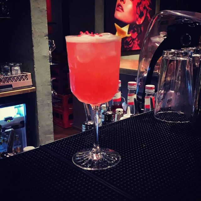Kan I gætte hvad vores bartenderteam shaker sammen til jer? 🤔  Vi glæder os i hvert fald til at præsentere det for jer 😉  #catchsushibar #cocktail #aalborg #vesterå #sushi #migogaalborg