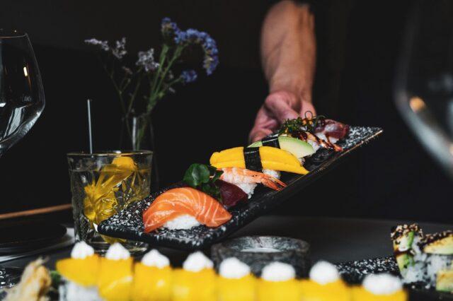 Ved du heller ikke hvad du skal skyde 2021 i gang med? 😉  Vi har et lækkert udvalg af sushi og thairetter og vi ved med sikkerhed at det redder aftensmaden 🍣🥘  Det eneste du skal gøre er at vælge om du selv vil afhente og SPARE 15% på din ordre 🥳  ELLER   Lade os levere til din dør GRATIS 🥳  Bestil på vores hjemmeside:  👇🏻👇🏻  https://www.foodbooking.com/ordering/restaurant/menu?restaurant_uid=f1ab4357-bb0a-4469-96c8-7ca0ee552257  Så sørger vi for resten 😉  God mandag 😁  Mvh. teamet hos Catch Sushi Bar & Cocktails