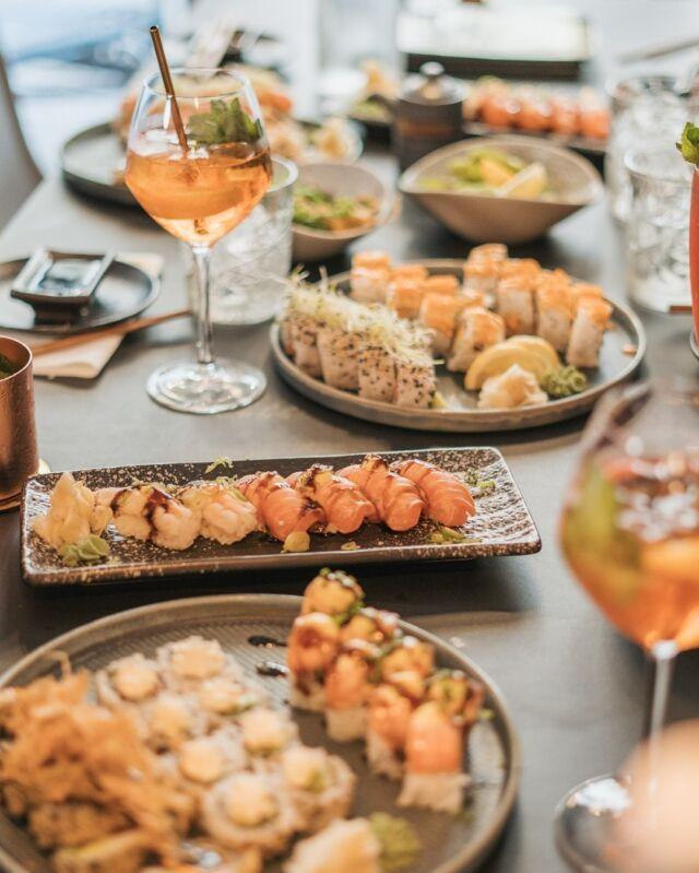 🥳E N D E L I G  W E E K E N D🥳  DET SKAL FEJRES 🍣🥂  Udover at vi serverer lækkerier i form af sushi og meget mere, så er vi BESTEMT også ret gode (hvis vi selv skulle sige det 😎) til at shake cocktails 🍹  - vi har HAPPY HOUR fra kl. 20.30 🤩  Så tag din ven/veninde under armen og hop forbi til en cocktail eller to 😉  Bestil bord via linket forneden:   👇👇  https://book.easytablebooking.com/book/?id=e2fc9&lang=da  Ha' en dejlig dag og vi ses 😎  Mvh. teamet hos Catch Sushi Bar & Cocktails  #catchsushibar #sushi #nigiri #maki #foodporn #aalborg #bar #cocktails #cocktail #nordensparis #allyoucaneat #sushifestival #takeaway #food #yummy #delicious #giftcard #giveaway #gift #wine #wineanddine #new #newin #cocktails